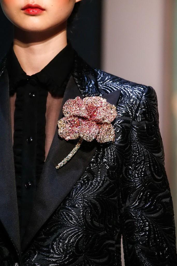 بروش على شكل وردة في عرض شياباريلي