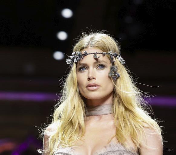 زينة مميزة للرأس في عرض أزياء فيرساتشي