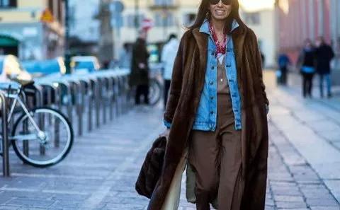 ارتدي الجاكت الجينز مع المعطف الشتوي الطويل