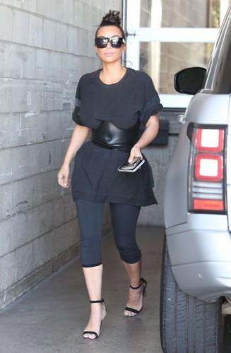 Kim-Wearing-Oversize-327x500