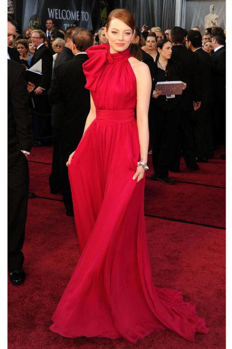 ايما ستون بفستان من الظلال الحمراء الرائعة