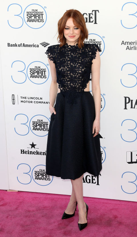 ايما ستون في فستان أسود نصفه العلوي من أزهار الدانتيل