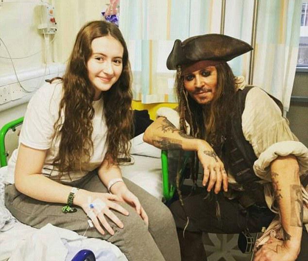 جوني ديب يزور مستشفى للأطفال بزي جاك سبارو