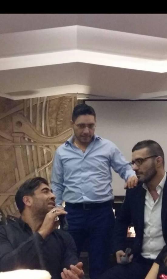 وائل كفوري مستمتع بسهرته مع اصدقائه
