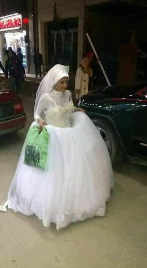 مسنة تسير في شوارع الإسكندرية بفستان زفاف