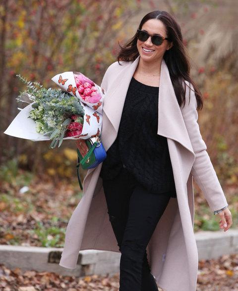 المعطف الوردي الشاحب والسروال الجينز الأسود