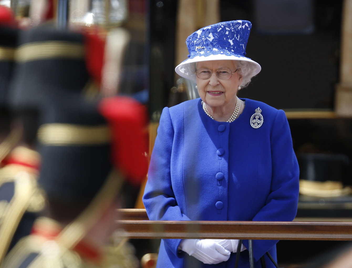 حارس ملكة بريطانيا يصوب سلاحه نحوها ظنا منه أنها لص متسلل