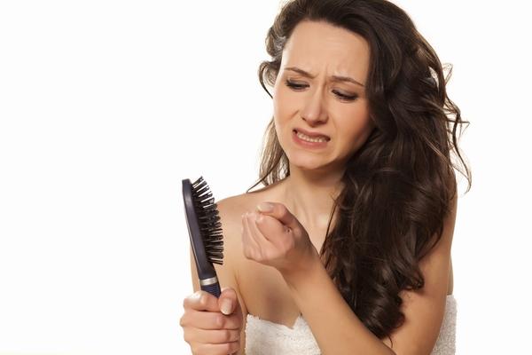 أسباب تساقط الشعر و طرق علاجه