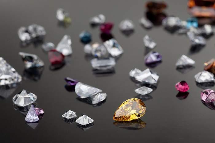 مجوهرات من الاحجار الكريمة