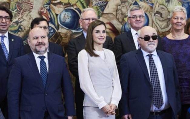 بالصور ملكة إسبانيا في إطلالة أنيقة بالألوان المحايدة وحذاء من جلد الثعبان