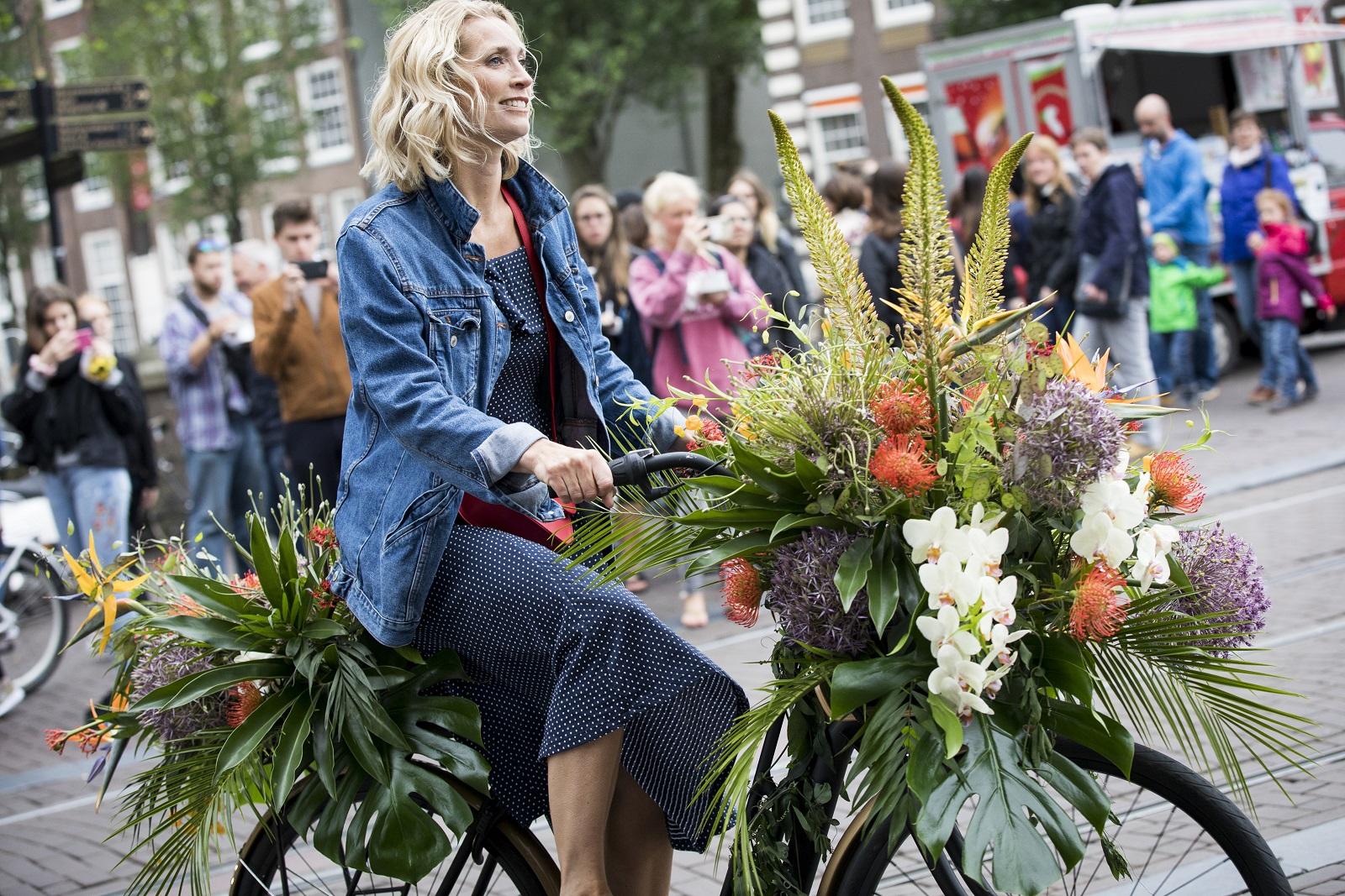 """""""كيمبتون دي ويت"""" يطلق حملةً في شوارع المدينة لتزيين الدراجات الهوائية بالأزهار"""