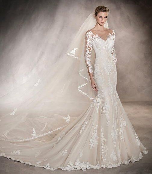 طرحة الزفاف الناعمة مع الفستان الضيق من أعلى لأسف