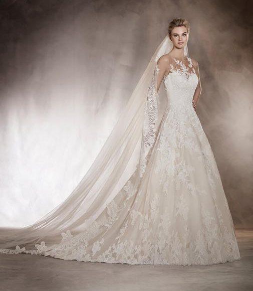 طرحة الزفاف مع الفستان الملكي
