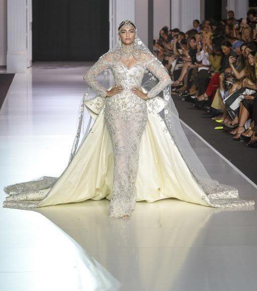 الفنانة الهندية سونام كابور تتألق بطرحة زفاف طويلة في عرض الموضة بباريس