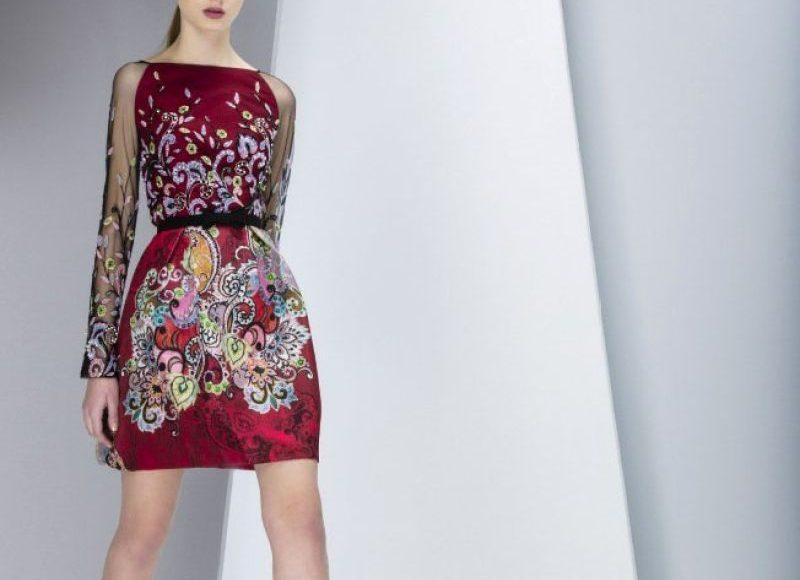 فستان أحمر مخملي بنقوش الورود