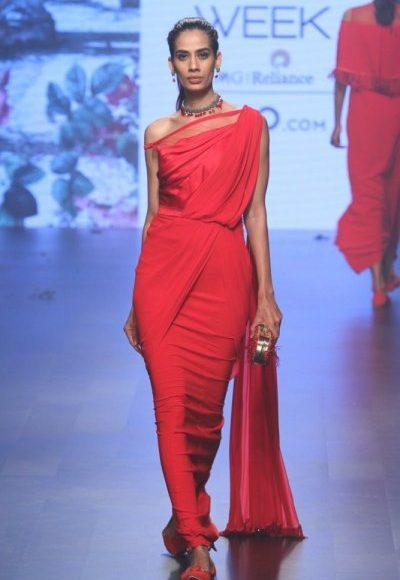 فستان أحمر بموديل هندي