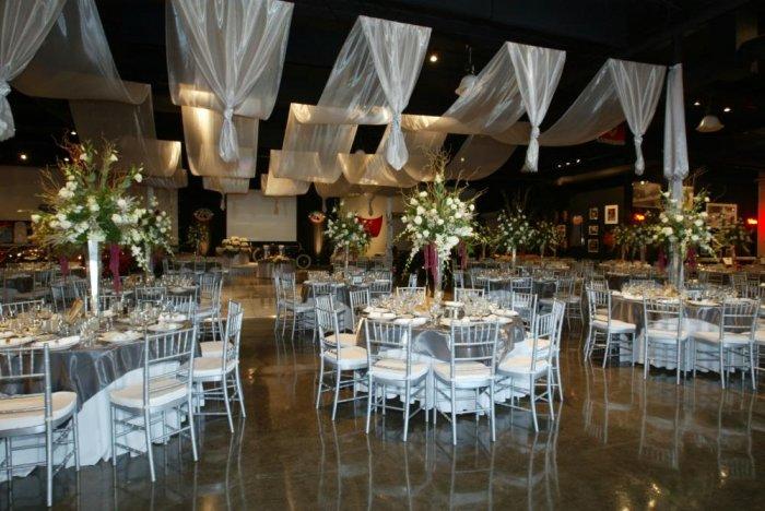 ثيمات زواج باللون الفضي لحفل زفاف مميز