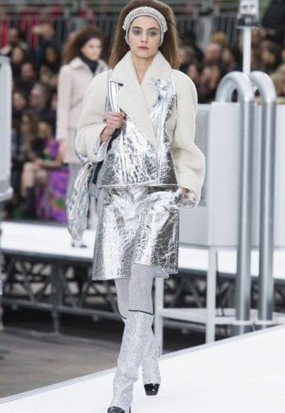 تنورة من اللون الفضي