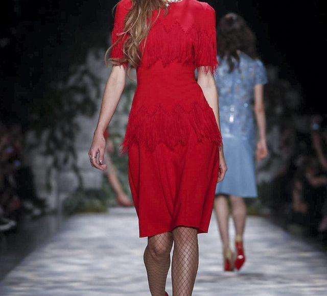 الفستان القصير من جيني بيكهام