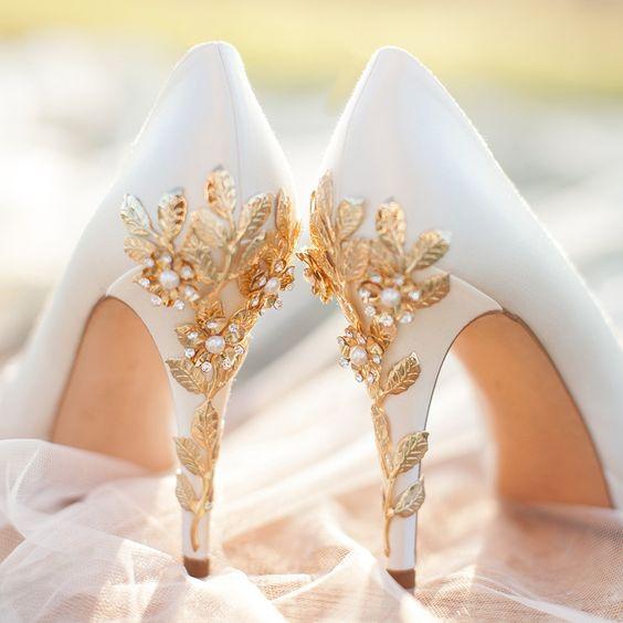 حذاء أبيض مع كعب ذهبي