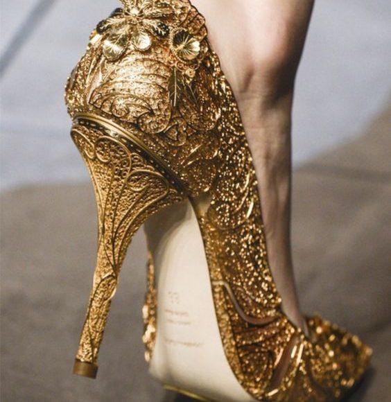 تصميمات من الاحذية الذهبية ذات الكعب العالي