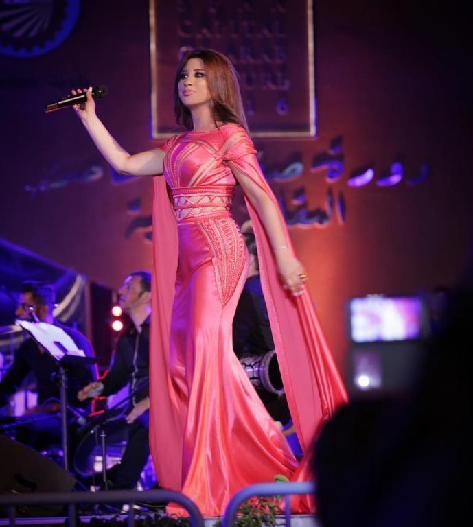 صورة-فستان-نجوى-كرم-باللون-الوردي- (21)