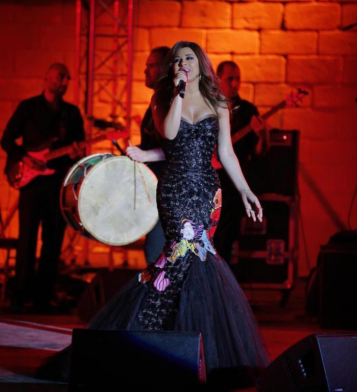 صورة-فستان-نجوى-كرم-باللون-الوردي- (23)