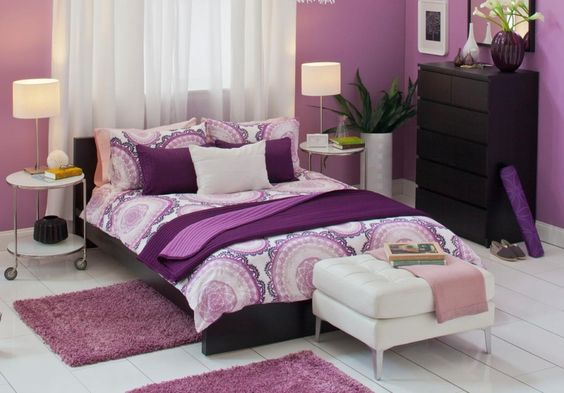 غرفة نوم باللون البنفسجي