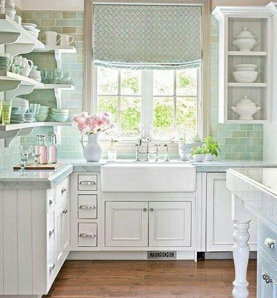 مطبخ بسيط باللون الابيض