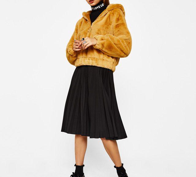 تنورة سوداء مع جاكيت أصفر