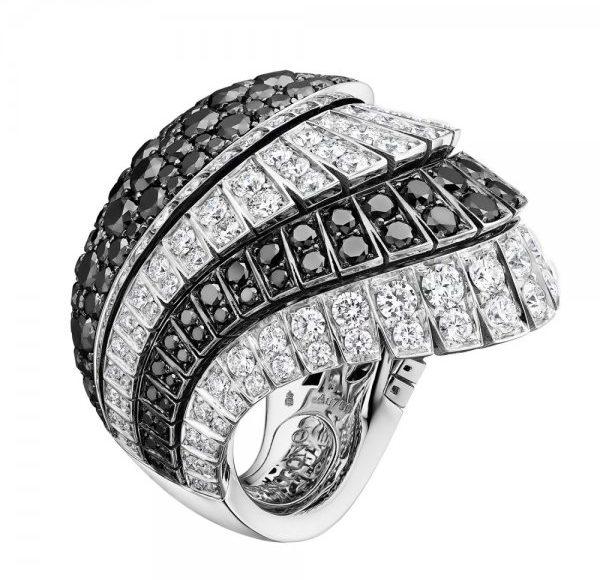 خاتم يتربعه فصوص الماس الاسود