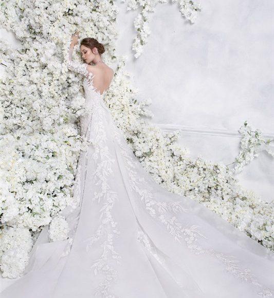 فستان زفاف بالذيل الطويل