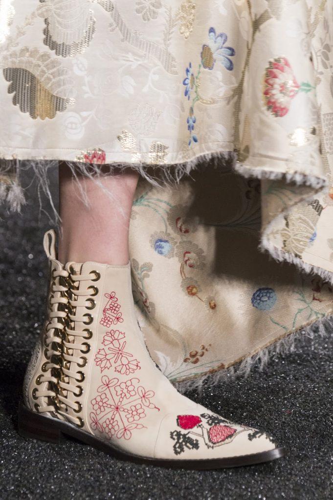 احذية-الكاحل-باللون-البيج