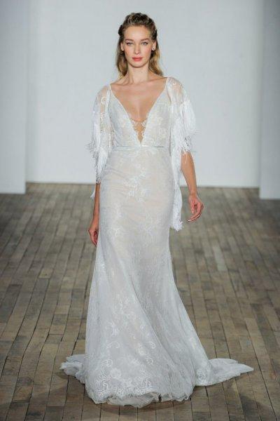 فستان-زفاف-بالشراشيب-والكاب-من-هايلي-بايج