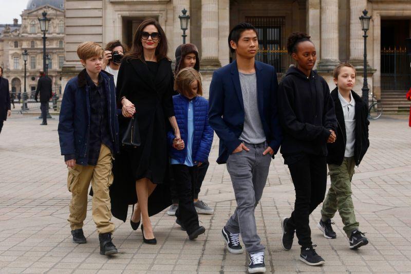 انجلينا مع اولادها