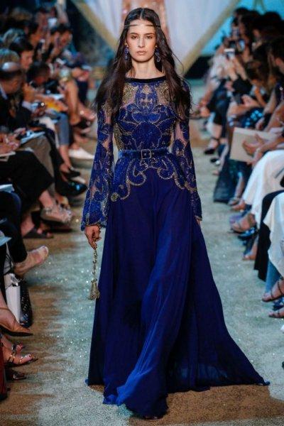 4cf9c05266e8a تصميم الفستان الازرق من ايلي صعب بتطريز متميز للغاية