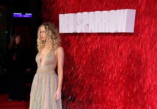 جينفر-بفستان-باللون-الذهبي
