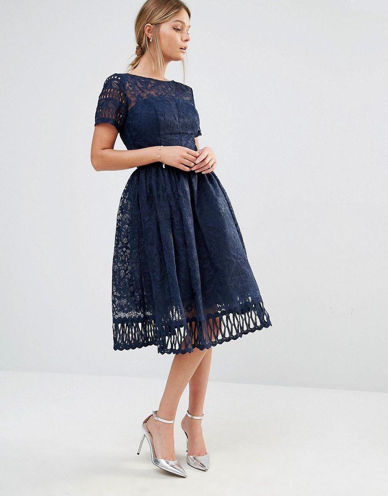 e90a764a822f6 الاطلالة الكلاسيكية يمكنك اختيارها بالالوان الداكنة مثل هذا الفستان الكحلي