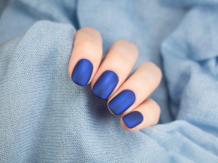 مناكير-ازرق-داكن-للبشرة-الفاتحة-والمتوسطة
