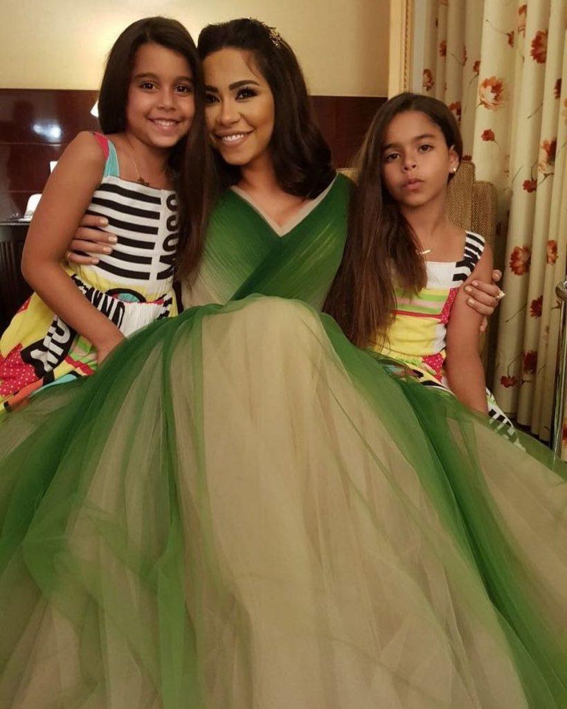 شيرين-مع-بناتها