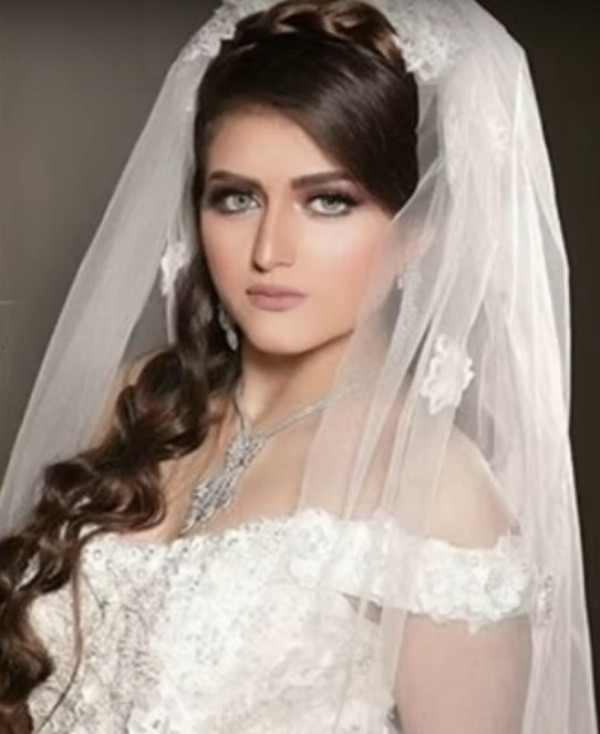 عارضة-أزياء-تشبه-حلا-بفستان-الزفاف