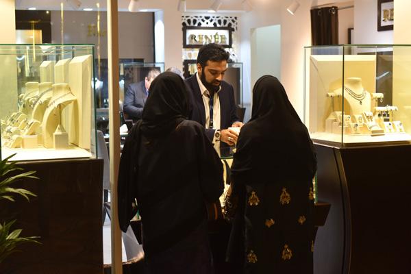 اقبال النساء على صالون المجوهرات