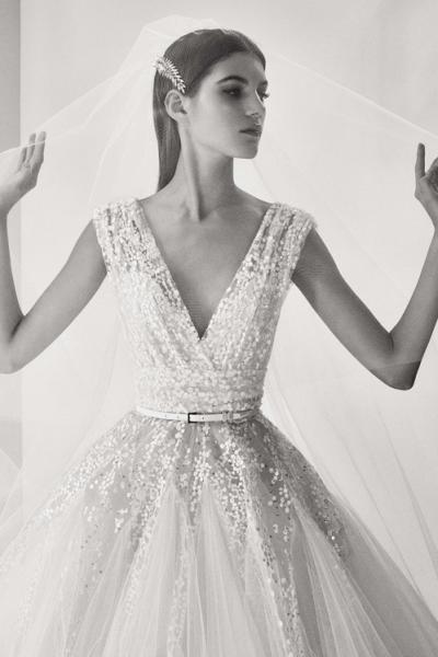 2c859ef015e06 قصة الفستان الرائعة بقصة الصدر المكشوفة من المصمم إيلي صعب من مجموعة ربيع  2018. فساتين