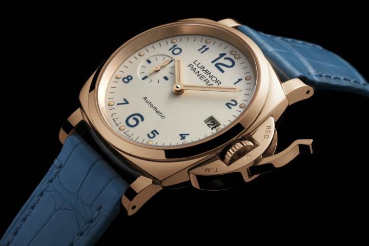 ساعة يد باللون الأزرق