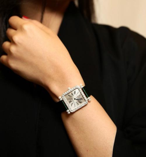 ساعة يد نسائية سوداء مرصة بالالماس