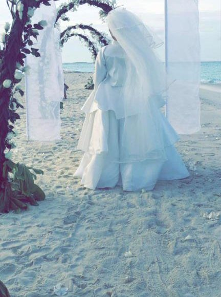 سارة ترتدي فستان الزفاف