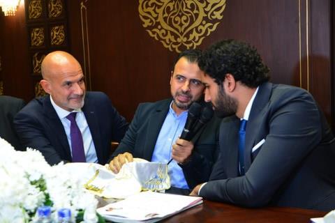 الداعية مصطفى حسني يعقد القران