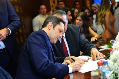 علاء مبارك يشهد على العقد