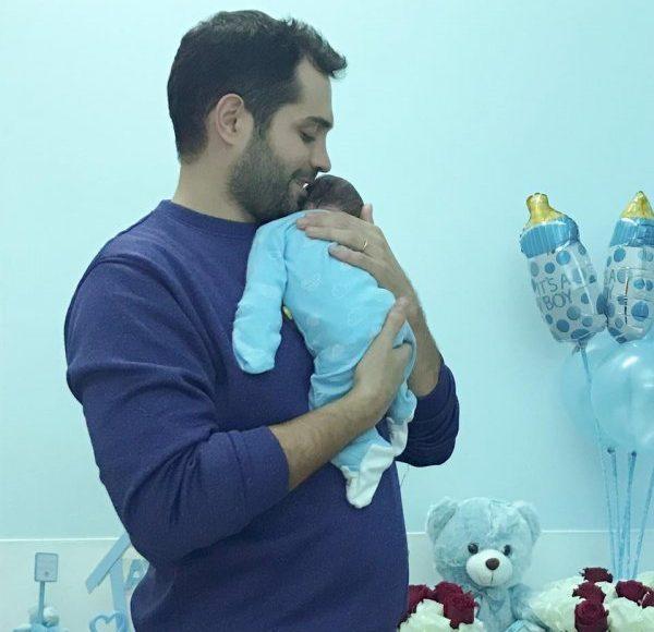 محمد باش يحتضن طفله الاول