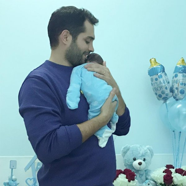 محمد-باش-يحتضن-طفله-الاول